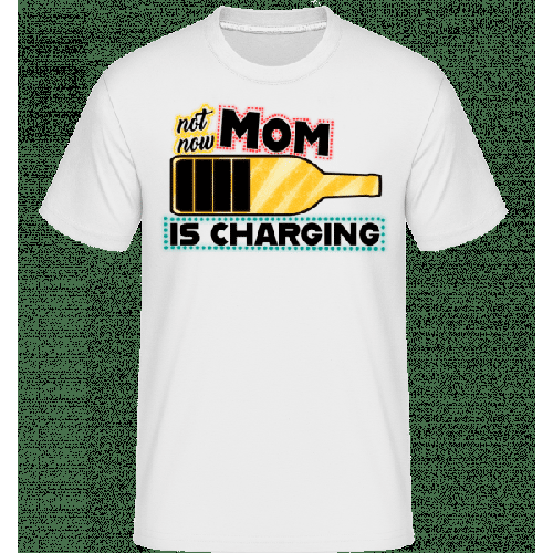 Mom Is Charging - Shirtinator Männer T-Shirt