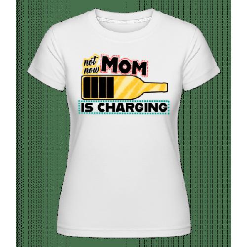 Mom Is Charging - Shirtinator Frauen T-Shirt
