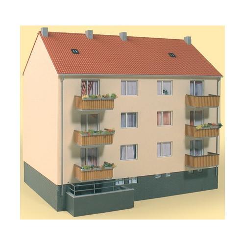 Auhagen Modelleisenbahn-Gebäude Mehrfamilienhaus, Made in Germany weiß Kinder Schienen Zubehör Modelleisenbahnen Autos, Eisenbahn Modellbau