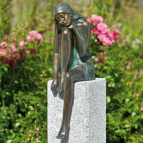 Gartenfigur 'Emanuelle auf Granitstele' von Bronze und Granit, Höhe: Stele 65 cm - Rottenecker